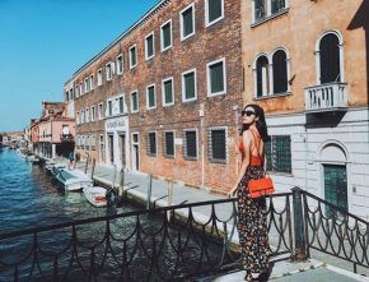 Chiếc túi cùng màu tạo nên ton-sur-ton cho Kỳ Duyên, khiến cô đã xinh đẹp còn nổi bần bật trước khung hình đầy lãng mạn.