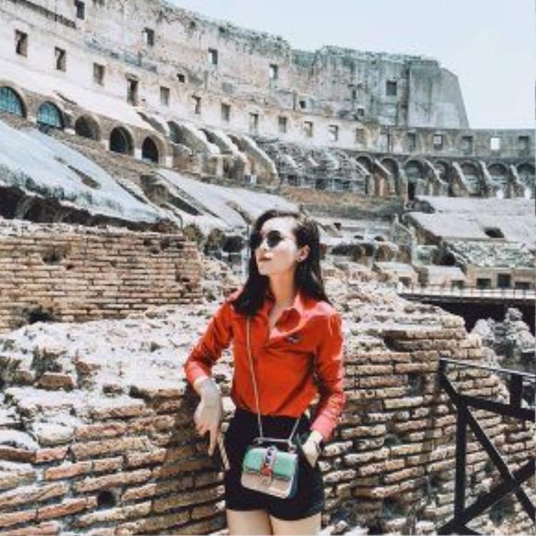 Một chiếc túi quai chéo hiệu Valentinonhỏ gọn là lựa chọn ưu tiên cho những chuyến đi. Chiếc túi có giá khoảng 1300 euro (khoảng 32 triệu).