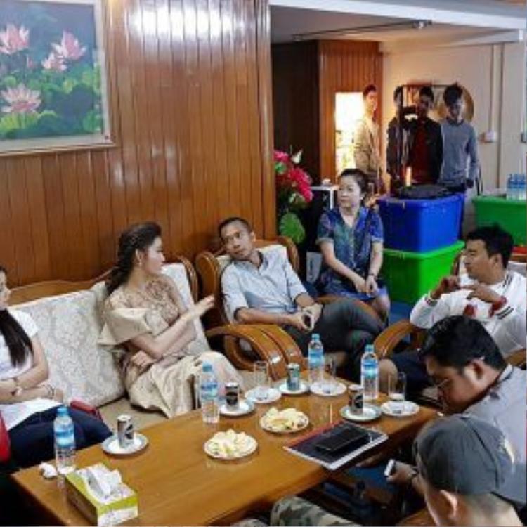 Sau khi đếnMyanmar, Huyền My có buổi gặp gỡ và trao đổi với đoàn phim.