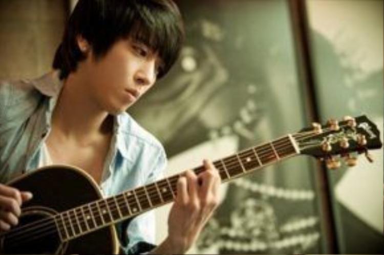Jung Yonghwa, trưởng nhóm tài hoa của CNBLUE. Anh cũng rất được hâm mộ qua các bộ phim You are handsome, Heartstrings…