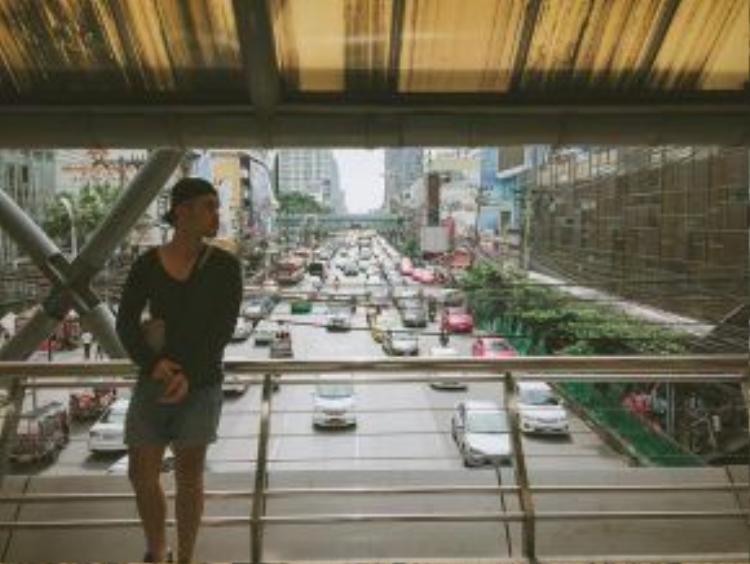 Đường phố Bangkok đa phần là xe hơi, thế nên thường xảy ra kẹt xe hàng tiếng đồng hồ vào giờ cao điểm.