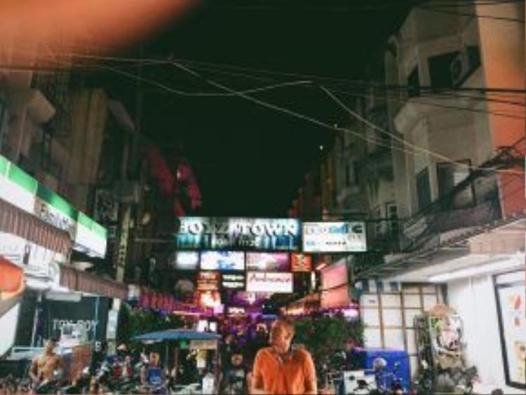 """Silom khi về đêm là một trong những khu vực """"quẩy"""" mạnh nhất tại Bangkok."""