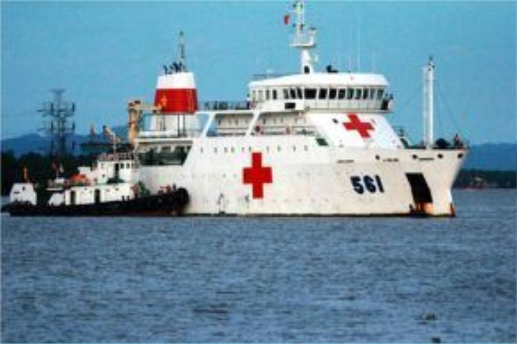 Tàu bệnh viện chuẩn bị cập cảng hải quân.