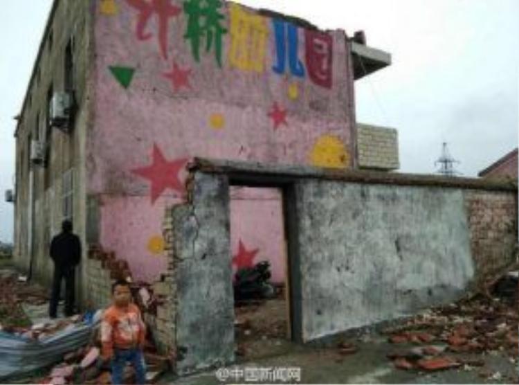 Hình ảnh ngôi trường mầm non bị tàn phá nặng nề sau cơn bão tố.