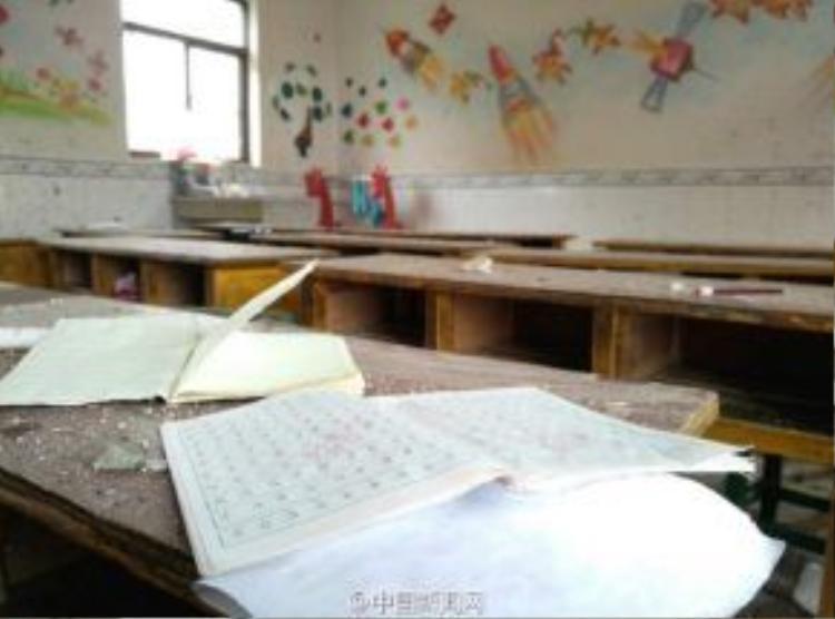 Trong cơn lốc các Giáo viên dũng cảm đã mạo hiểm thân mình chắn bão cho học sinh.