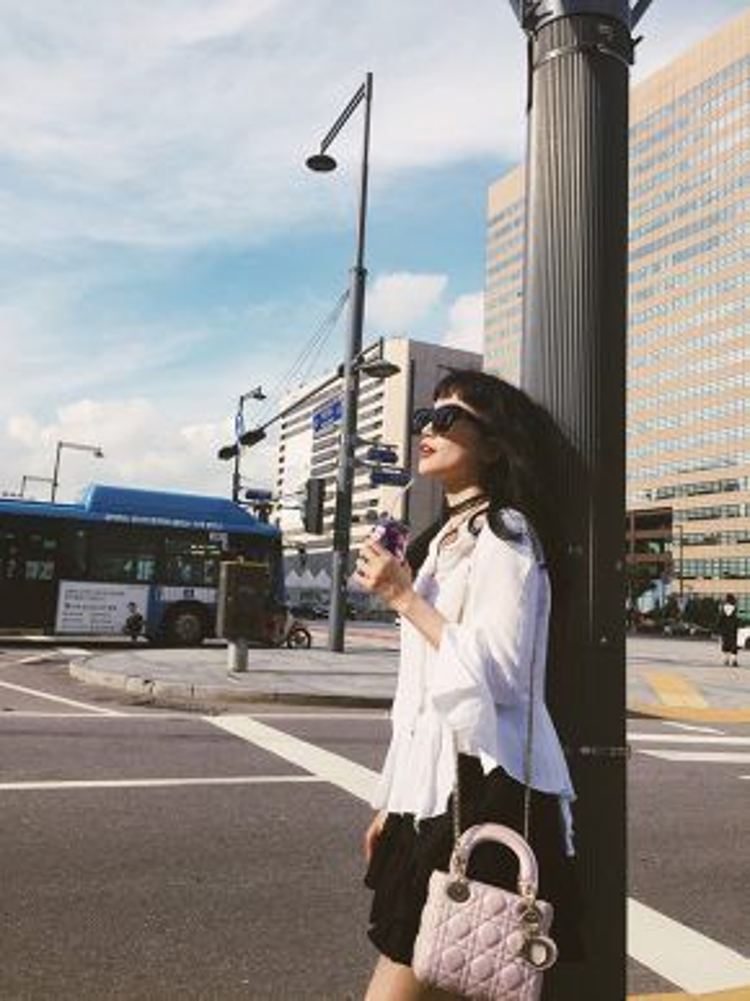 Nữ ca sĩ choáng ngợp khi thấy Hàn Quốc có quá nhiều những biển quảng cáo của các ngôi sao đình đám.