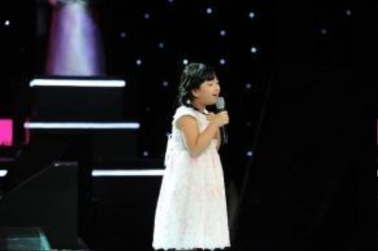 """Cô bé 9 tuổi Hồng Khanh vô cùng dễ thương khiến cả 3 huấn luyện viên phải """"tranh giành"""" năm nào trên sân khấu Giọng hát Việt nhí 2013."""