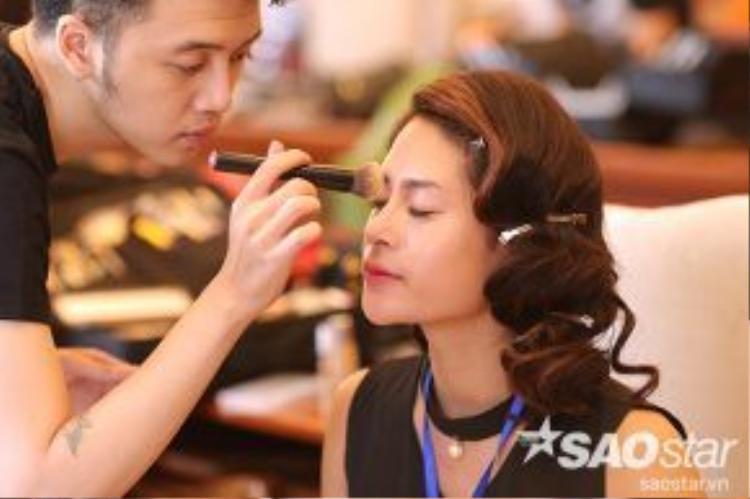 Chuyên gia trang điểm giúp thí sinh Lê My My có được gương mặt đẹp để bước vào các phần thi quan trọng trong chiều ngày 29.6.