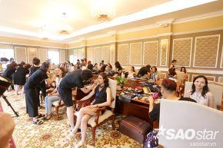 Trước thềm bán kết cuộc thi Hoa hậu Bản sắc Việt toàn cầu 2016 diễn ra tại khu nghỉ dưỡng sinh thái FLC Vĩnh Phúc, 31 thí sinh phía Bắc đã được 15 chuyên gia trang điểm, 5 chuyên gia làm tóc make-up để có được diện mạo hoàn hảo chuẩn bị bước vào phần thi chụp hình với bikini, áo dài và trang phục dạ hội.