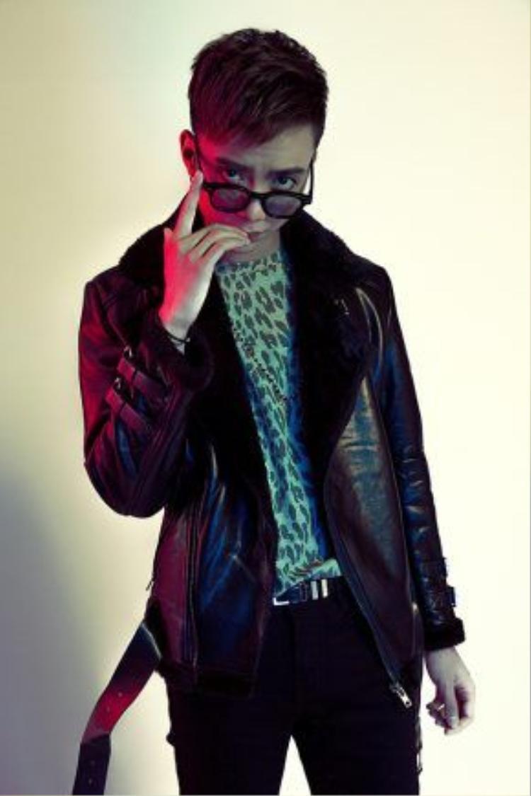 MV được dàn dựng bởi ê-kíp Chái Đào (Khương Vũ), stylish Hoàng Ku và Hoàng Touliver sẽ đảm nhận vai trò producer.
