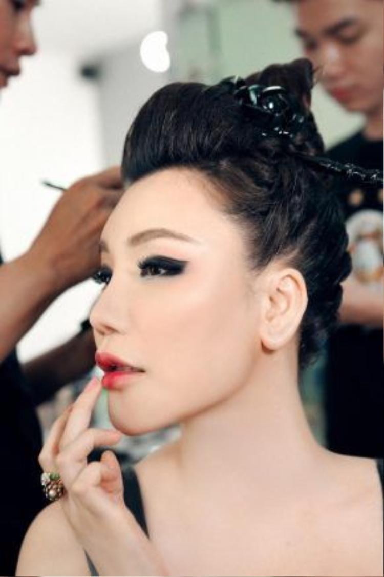 Kiểu tóc Samurai ấn tượng càng làm nổi bật vẻ đẹp của nữ ca sĩ trong việc kết hợp khéo léo màu son hông ombre thời thượng với những đường kẻ eye-liner mạnh mẽ, sắc sảo.
