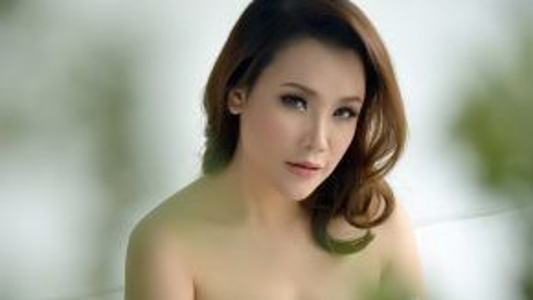 Nhan sắc nhẹ nhàng và nữ tính của nữ ca sĩ Hồ Quỳnh Hương