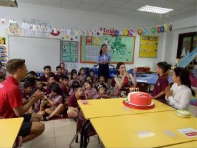 Hồ Ngọc Hà có mặt tại lớp học của Subeo để tổ chức sinh nhật cho cu cậu.