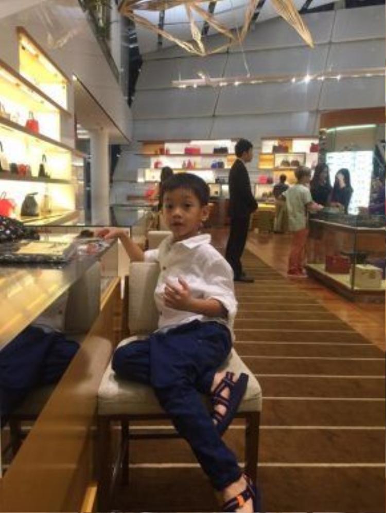 """Vì trong giai đoạn nghỉ hè, nên Subeo luôn đồng hành cùng mẹ trong hầu hết các sự kiện. Trước đó, Hồ Ngọc Hà còn tự hào vì cậu ấm của mình đã có thể chọn quần áo và đồ đạc cho mẹ. """"Nữ hoàng giải trí"""" thậm chí còn chia sẻ rằng, Subeo mới 6 tuổi mà tính cách như ông cụ U60."""