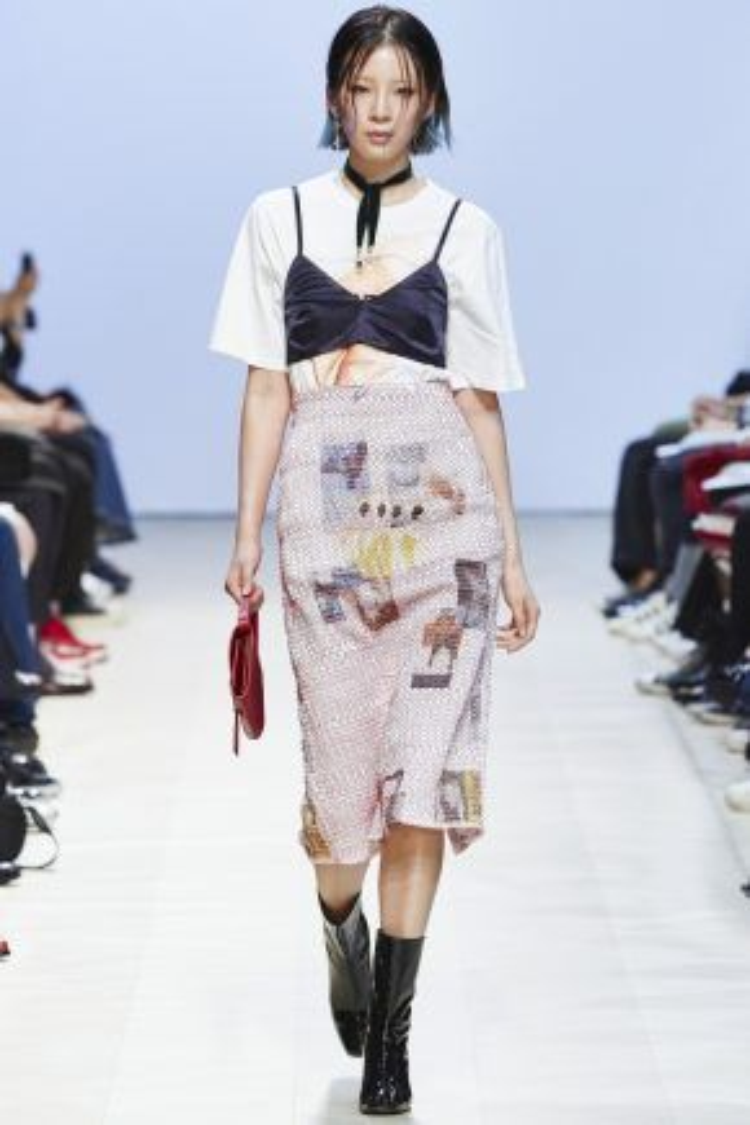 Không chỉ sàn diễn trời Tây phóng khoáng mới chuộng kiểu mặc khiêu khích này. Đại diện châu Á - Hàn Quốc là một trong những nước rất yêu thích phong cách này. Một look trong bộ sưu tập của thương hiệu Low Classic tại Seoul Fashion Week