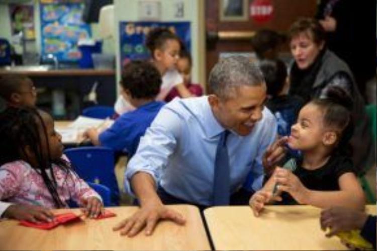 Nhưng mỗi khi có cơ hội tiếp cận với các em nhỏ, Tổng thống Obama hầu như quên hết tất cả để hỏi han…