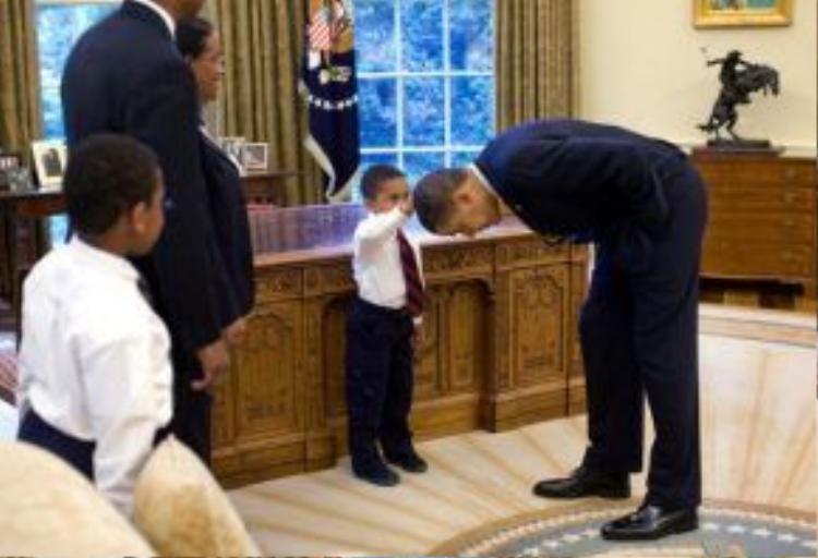 """Không ngần ngại cúi đầu để cậu bé xoa đầu mình, giải đáp thắc mắc con trẻ """"mái tóc của ngài có giống của cháu không?"""""""