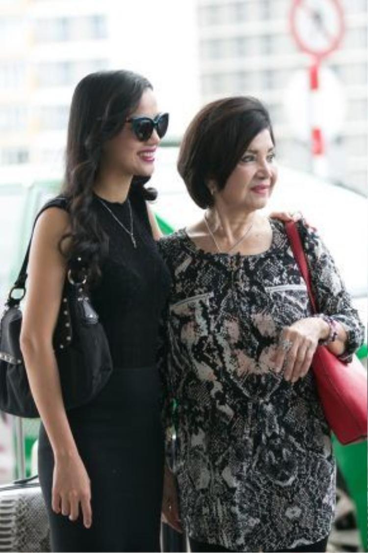 Mối quan hệ của Bebe Phạm cùng mẹ chồng hết sức thân thiết, hai người đã luôn tươi cười và quan tâm nhau tại sân bay.