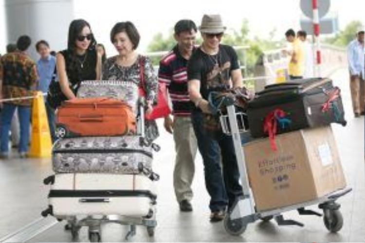 Sau khi sắp xếp hành lý, cả gia đình nhanh chóng vào bên trong để thực hiện thủ tục check in.
