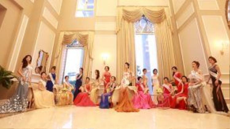 """31 thí sinh đầu tiên được lựa chọn vào cuộc thi """"Hoa hậu Bản sắc Việt toàn cầu 2016"""" đã khoe dáng trong những bộ trang phục dạ hội lỗng lẫy. Các thiết kế dạ hội này giúp tôn lên lợi thế về vóc dáng và đường cong gợi cảm của các người đẹp."""