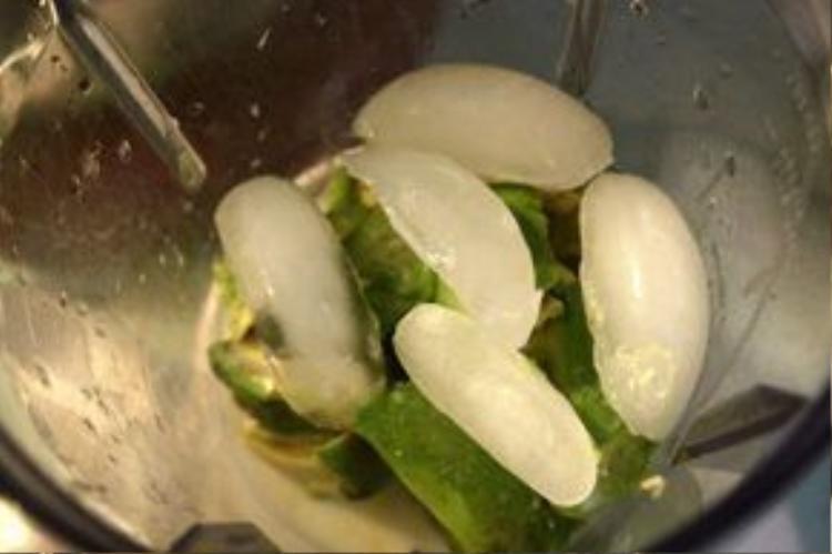 Sau khi gọt bỏ phần thối, những quả bơ này sẽ được bán cho các hàng cà phê làm sinh tố