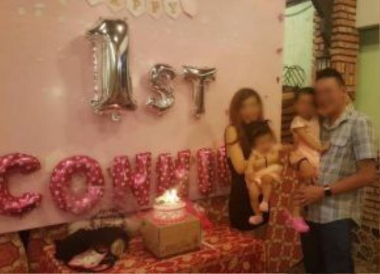 Cả gia đình đang rất hạnh phúc trong ngày sinh nhật tròn 1 tuổi của cô công chúa út ngày 9/5 vừa qua. Ảnh: facebook.