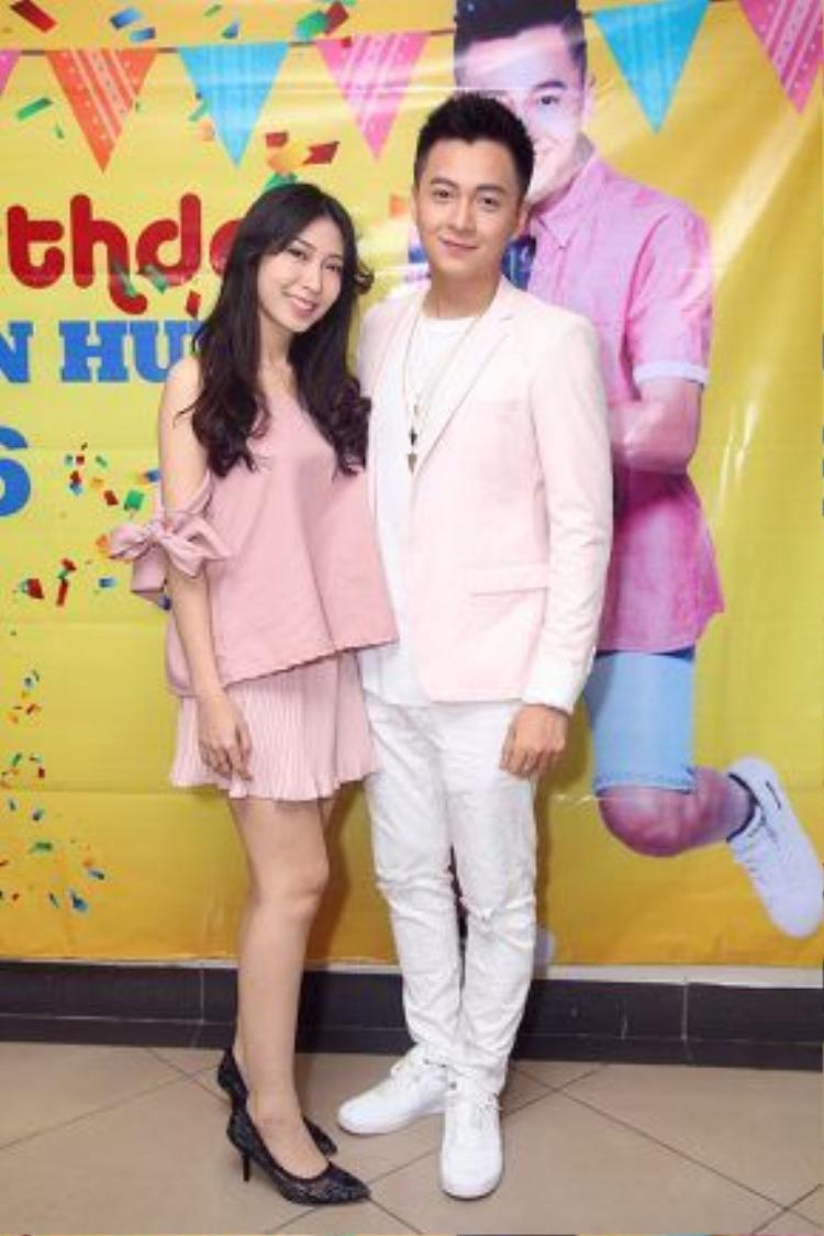 Ngô Kiến Huy dẫn bạn gái Khổng Tú Quỳnh tới buổi tiệc sinh nhật cùng fan.