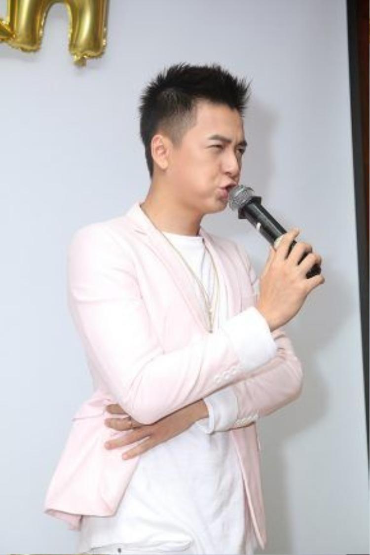 Biểu cảm đáng yêu của nam MC Giọng hát Việt nhí 2016.