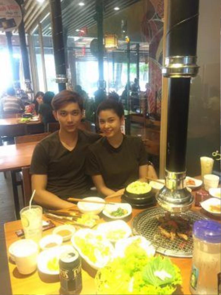 Dù bận rộn với lịch quay phim ở Đà Nẵng, nhưng Tim vẫn cố gắng bay về TP HCM với bà xã Trương Quỳnh Anh.