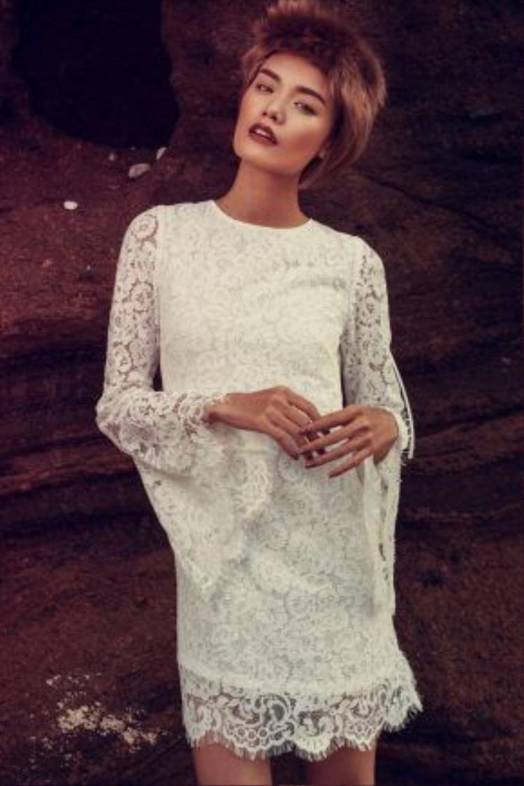 Nữ người mẫu giấu đường cong trong dáng váy suông, rộng. Thiết kế được cách điệu nhẹ nhàng với phần tay ống loe. Mặc dù đi qua nhiều mùa mốt nhưng thiết kế này vẫn được lòng các tín đồ yêu thời trang bởi tính ứng dụng cao và phù hợp với mọi cơ thể.