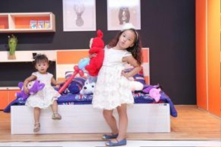 Hai thiên thần nhỏ vui đùa trong showroom Nội thất Hoàn Mỹ tại Vincom Long Biên.