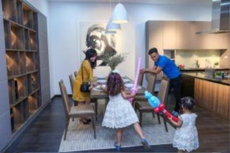 Không chỉ quan tâm thiết kế phòng ngủ cho hai công chúa nhỏ, nam diễn viên còn đầu tư nội thất nhà bếp để chiều vợ.