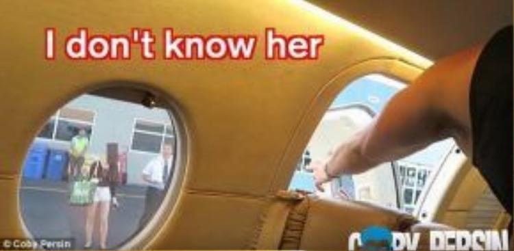 Coby lừa Lauren xuống máy bay để bỏ rơi cô gái trẻ tội nghiệp một cách không thể phũ phàng hơn!