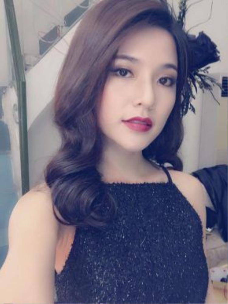 Cô nàng quả không hổ danh là hotgirl của lớp học ngày nào. Những nét xinh đẹp của Mai Chi luôn khiến người đối diện khó lòng rời mắt khỏi cô nàng.