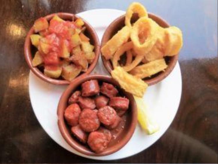Tây Ban Nha: Trải nghiệm ẩm thực tại quốc gia này là điều không thể bỏ qua. Nhiều du khách độc hành đến đây thường gọi cùng lúc ba món cho bữa ăn của mình bởi chúng không chỉ ngon mà giá cả cũng rất dễ chịu.
