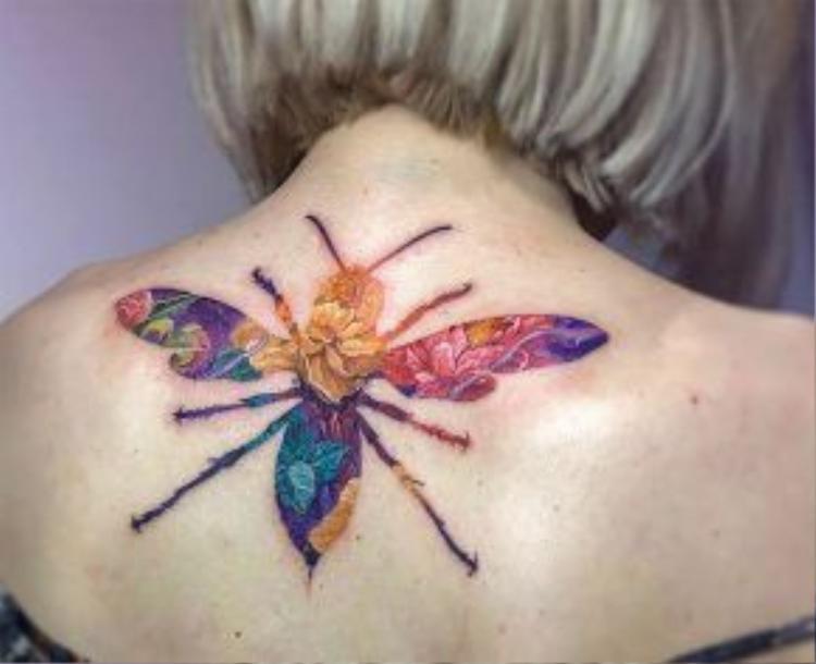 Hình ảnh chú bướm được lồng ghép ào những bông hoa
