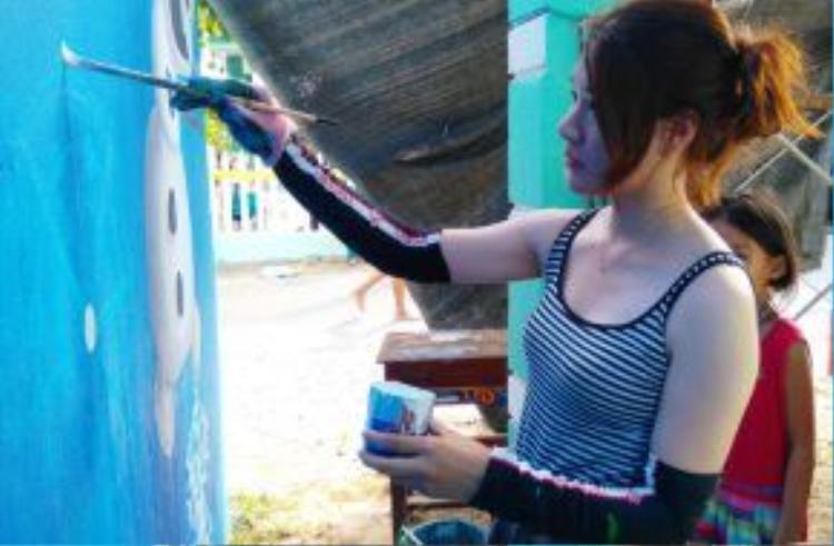 Họa sĩ xinh đẹp 25 tuổi Oh Ye Seul vẽ tranh trên tường nhà. Oh Ye Seul vốn là họa sĩ tự do tại Hàn Quốc, từng tham gia vào những dự án làng bích họa bằng việc vẽ tranh tường, hay thực hiện các video. Sau khi nghe về Dự án mỹ thuật cộng đồng Hàn - Việt, cô đăng ký ngay để có cơ hội đến Việt Nam.