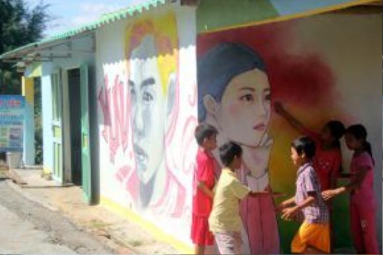 Một tiệm cắt tóc ở làng chài Trung Thanh. Đây là ngôi làng bích họa đầu tiên ở Việt Nam.