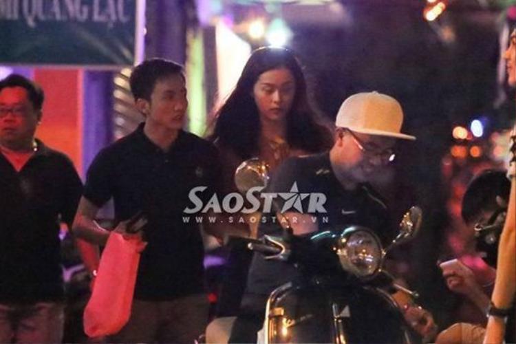 Đêm ngày 14/11/2015, Cường Đô La và Hạ Vi bị bắt gặp đang hẹn hò cùng trên đường Lý Tự Trọng - TP.HCM.
