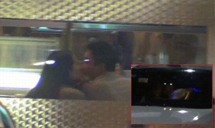 Tối 9/11/2015, cặp đôi bị bắt gặp đang trao nhau nụ hôn ngọt ngào ở một nhà hàng.