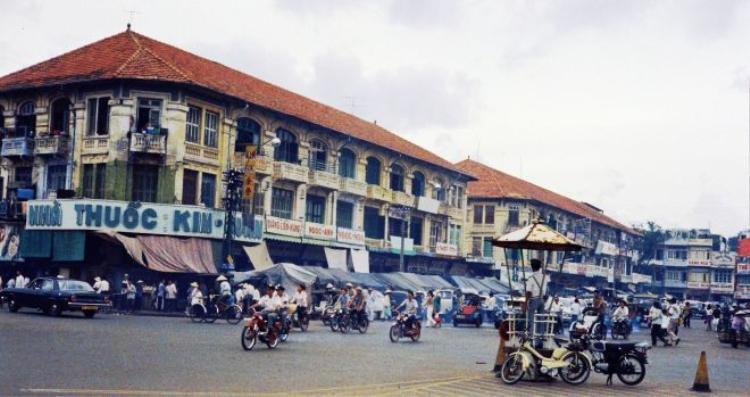 Hình ảnh dãy thương xá bên cánh Tây của chợ Bến Thành vào năm 1968 nơi tọa lạc của những hiệu buôn lớn của Sài Gòn, trong đó có tiệm trà Ô Tòng Ký. Đây là một trong những giai đoạn mà tiệm trà này buôn bán phát đạt nhất.