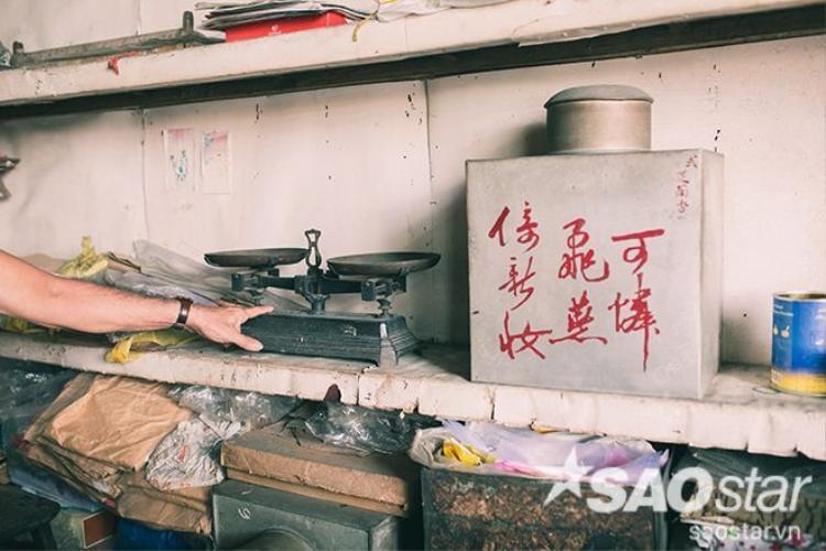 """""""Cái cân này, gần trăm năm nay chưa bao giờ biết sai lệch hay gian dối…"""" - Bà Kha Quyên tự hào nói. Theo bà, chính sự uy tín và chính xác trong việc buôn bán và kinh doanh đã giúp những người Hoa thành công vượt bậc trong lĩnh vực kinh doanh."""