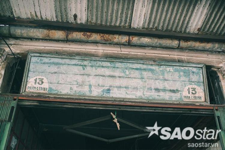 Bảng hiệu Ô Tòng Ký được treo lên suốt mấy mươi năm qua nay đã phai màu theo mưa nắng và thời gian.
