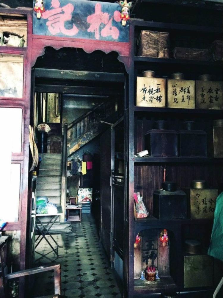 Nhịp sống hối hả của đô thị hiện đại dường như dừng bước bên ngoài cánh cửa của Ô Tòng Ký. Có lẽ khi nhìn vào hình ảnh này, ít ai tưởng tượng được ngôi nhà này lại tọa lạc ở một trong những địa điểm sầm uất bậc nhất của Sài Gòn.
