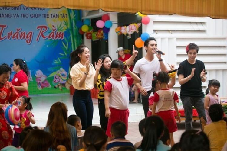 Nữ diễn viêncùng các người bạn hát tặng các em nhỏ và tổ chức nhiều trò chơi sôi động.