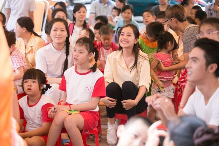 Chi Pu phấn khích trước những tiết mục biểu diễn của các em nhỏ tại trung tâm.