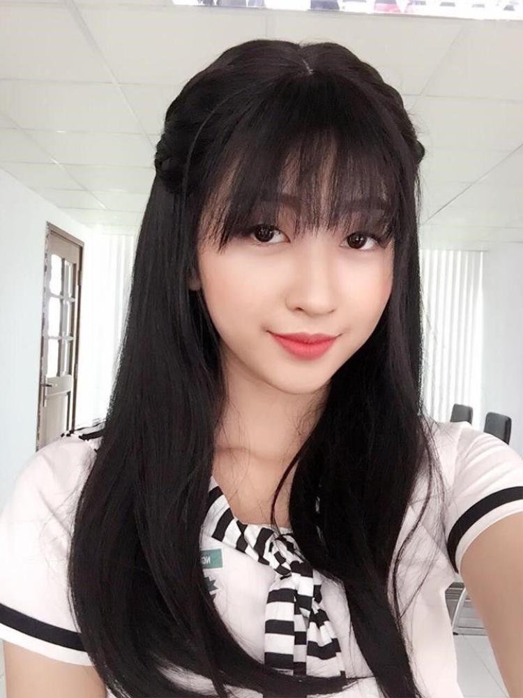 Mái tóc đen dài giúp tôn lên vẻ đẹp và sự xinh xắn của nữ diễn viên trẻ Kim Chi.