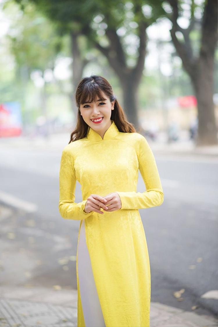 Hà Min xinh đẹp rạng rỡ với mái tóc buộc nửa đầu đầy nữ tính