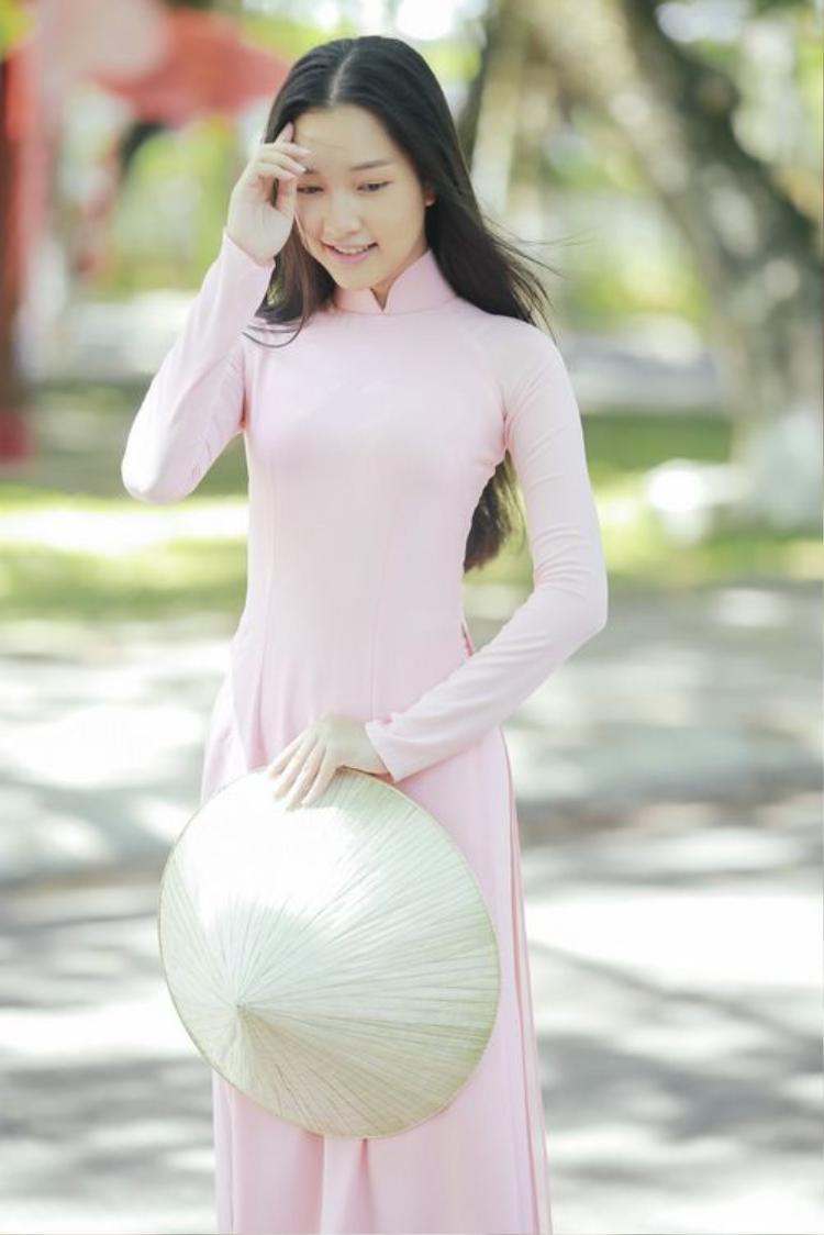 Mái tóc xõa buông dài giúp tôn thêm vẻ thướt tha nữ tính cho phái đẹp khi diện áo dài