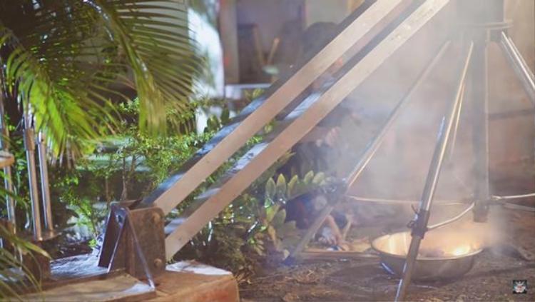 Đoàn làm phim đã phải đốt lửa thật để tạo hiệu ứng khói trong MV.